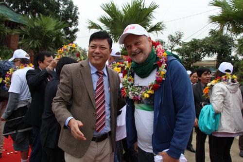 Ông Đặng Đông Hà, Phó giám đốc Sở Du lịch Quảng Bình chụp hình lưu niệm cùng với du khách quốc tế đến tham quan Quảng Bình trong dịp Tết Dương lịch 2019.