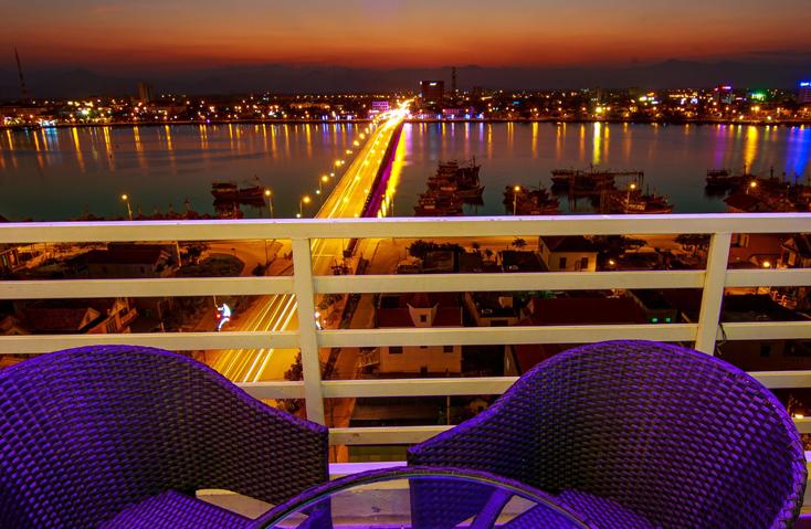 Ngắm thành phố Đồng Hới từ quán cà phê trên cao.