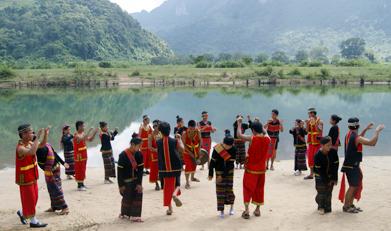 Điệu múa mừng đám cưới của người dân tộc Bru-Vân Kiều (xã Trường Sơn, Quảng Ninh), nét văn hoá cần bảo tồn để góp phần xây dựng các sản phẩm du lịch