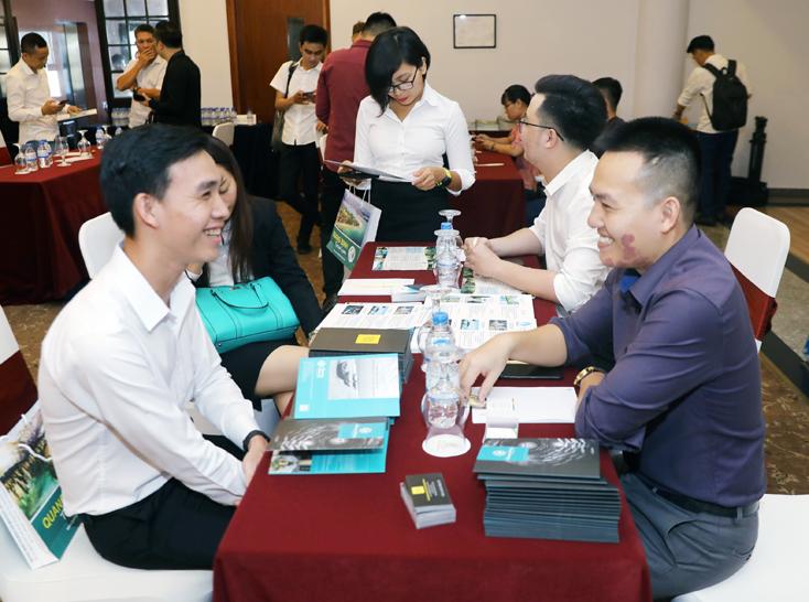 Các doanh nghiệp du lịch trao đổi, tìm kiếm cơ hội hợp tác, ký kết các thỏa thuận, hợp đồng cung ứng dịch vụ.