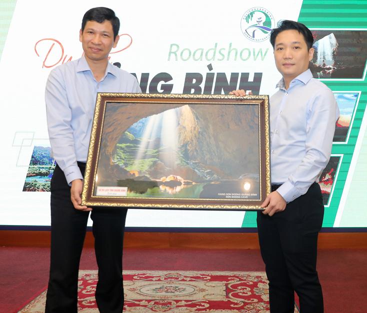 Đồng chí Hồ An Phong, Giám đốc Sở Du lịch Quảng Bình tặng bức tranh hang Sơn Đoòng cho Sở Du lịch TP.Hồ Chí Minh.