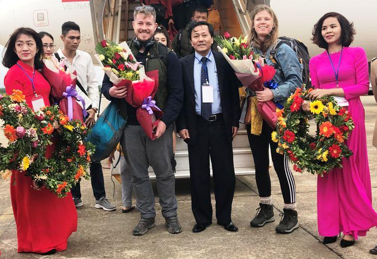 Đón các vị khách quốc tế đầu tiên đến Quảng Bình bằng đường hàng không.