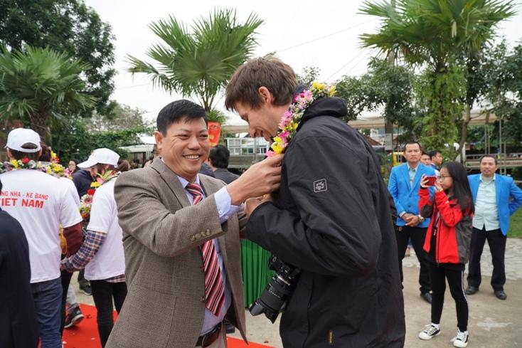 Đại diện lãnh đạo Sở Du lịch đón đoàn khách quốc tế đầu tiên đến Vườn Quốc gia Phong Nha - Kẻ Bàng.