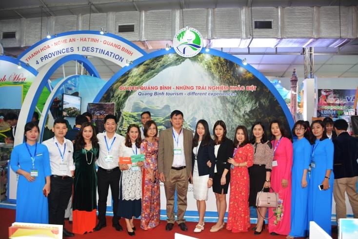 Đoàn doanh nghiệp du lịch Quảng Bình tham gia hội chợ.