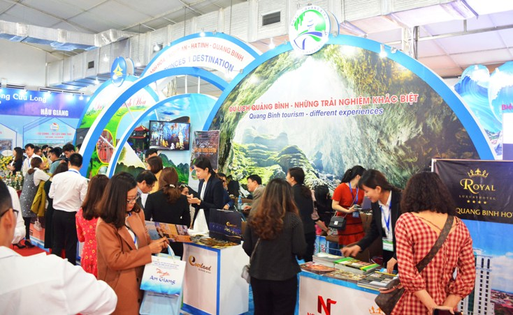 Gian hàng du lịch Quảng Bình đón tiếp đông đảo khách tham quan và tìm hiểu các dịch vụ.