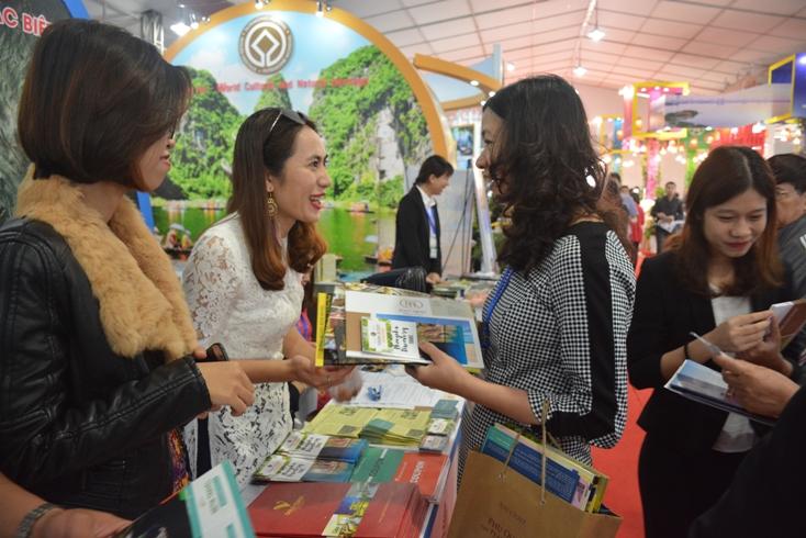 Các doanh nghiệp du lịch Quảng Bình giới thiệu sản phẩm đến khách tham quan.