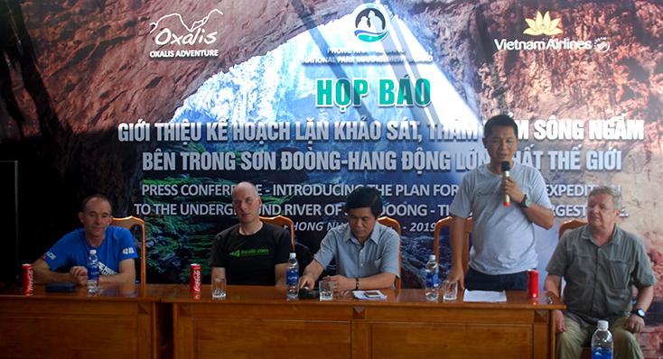 Ban tổ chức cuộc họp báo và các chuyên gia hang động trả lời sự quan tâm của các phóng viên.