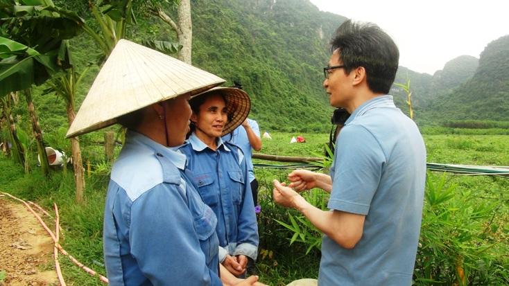 Phó Thủ tướng Vũ Đức Đam trò chuyện cùng người dân địa phương đang làm việc tại Chày Lập Farmstay.