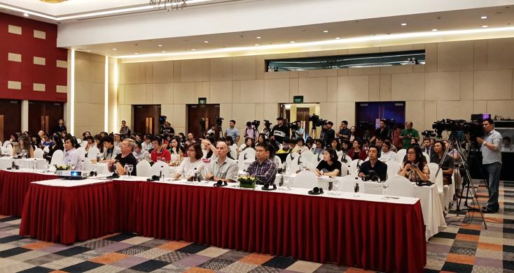Các phóng viên báo chí tham dự buổi họp báo.