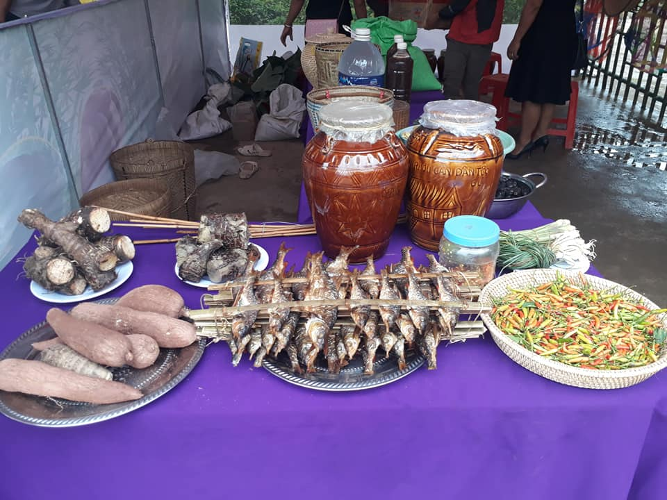 Gian hàng ẩm thực ở Hội Rằm tháng ba huyện Minh Hóa với nhiều món đặc sản riêng