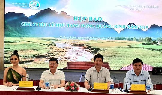 Hoa hậu Tiểu Vy cùng lãnh đạo UBND tỉnh, Sở Du lịch Quảng Bình trong buổi họp báo