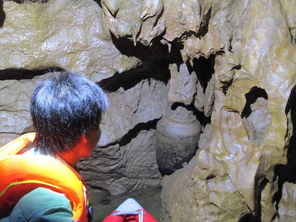 Bí ẩn trong động Phong Nha: một cái chum được phát hiện ở một ngách hang sâu