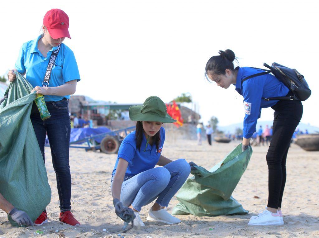 Hoa hậu Tiểu Vy nhặt rác trên bãi biển Cảnh Dương