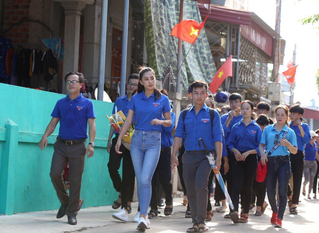 Hoa hậu Tiểu Vy tham quan những con đường bích hoạ tại Cảnh Dương (Quảng Trạch - Quảng Bình)