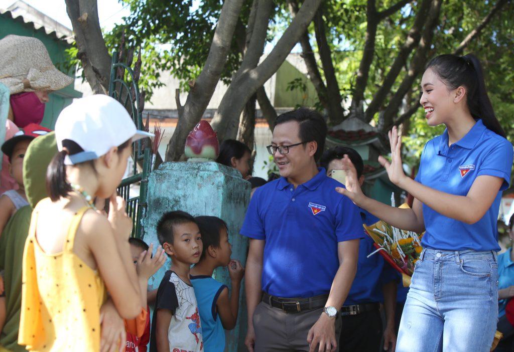 Hoa hậu Tiểu Vy cùng nói chuyện với các em nhỏ làng Cảnh Dương