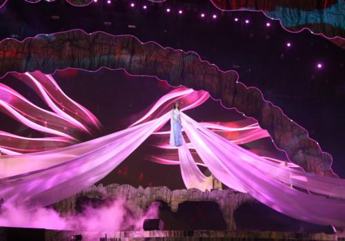 """Một trong những hình ảnh ấn tượng của ca sĩ Bùi Lan Hương thể hiện ca khúc """"Ngày chưa giông bão"""" nằm trong bộ phim """"Người bất tử"""" của đạo diễn Victor Vũ."""