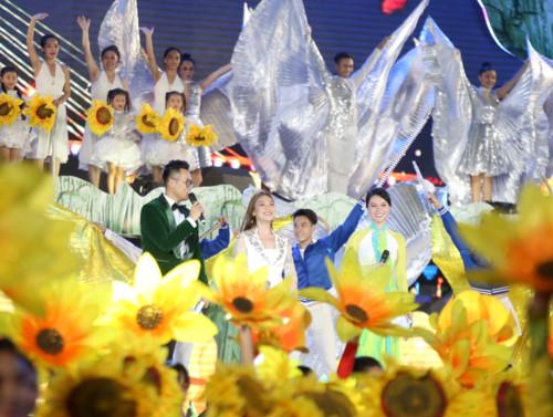 Những nụ cười rạng ngời của các nghệ sĩ, ca sĩ tham gia chương trình trong bài hát kết thúc đêm nghệ thuật chào mừng lễ hội hang động Quảng Bình năm 2019