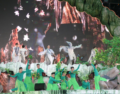 Hoạt cảnh sân khấu hóa thể hiện khung cảnh hùng vĩ và nên thơ của hang động Quảng Bình từ khi tạo tác, trải qua biến thiên thời gian, phát triển và song tồn cùng con người.