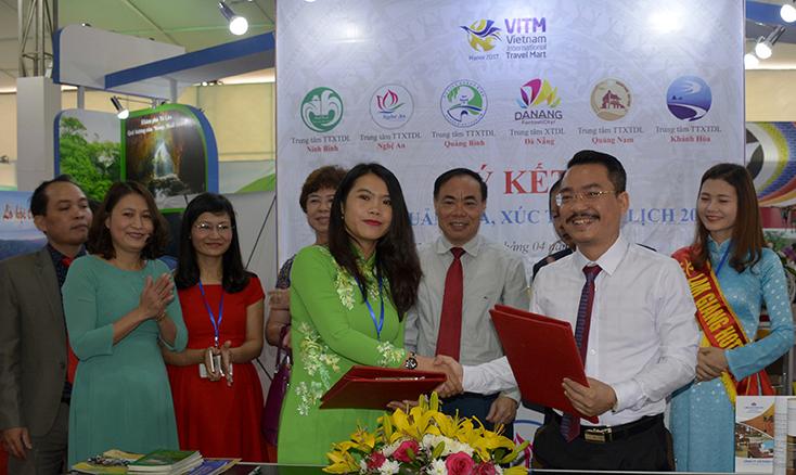 Đại diện lãnh đạo Trung tâm TTXTDL ký kết biên bản hợp tác phát triển du lịch tại hội chợ VITM Hà Nội.