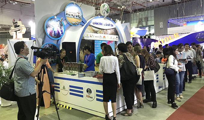 Gian hàng du lịch Quảng Bình thu hút đông đảo khách tham quan