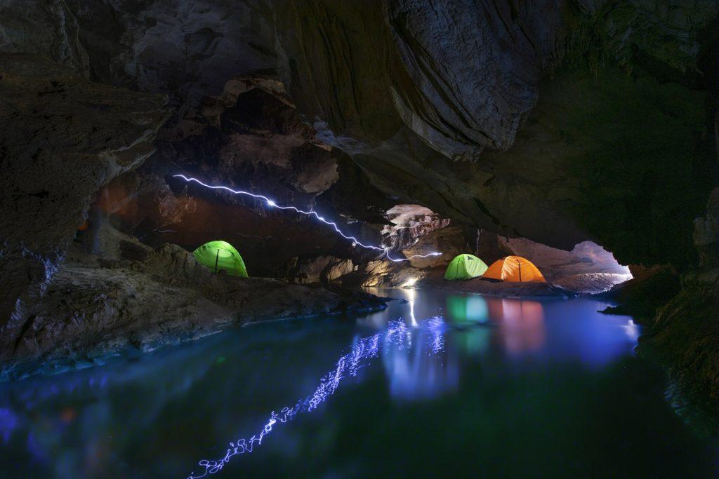 Cắm trại trong lòng hang bên dòng suối nhỏ