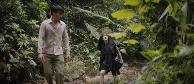 """Ca sỹ Ava Max được một """"người đàn ông bản địa"""" dẫn vào Sơn Đoòng"""
