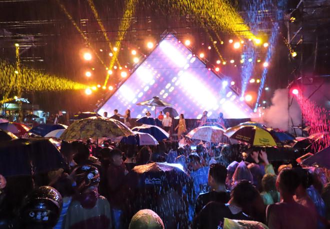 Rất đông bạn trẻ tập trung quanh sân khấu hòa cùng tiếng nhạc và nghệ sĩ dưới trời mưa