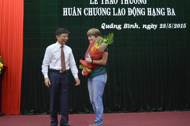 Chủ tịch UBND tỉnh Quảng Bình tặng hoa cho Deb Limbert hôm 28/5. Ảnh: Văn Được.
