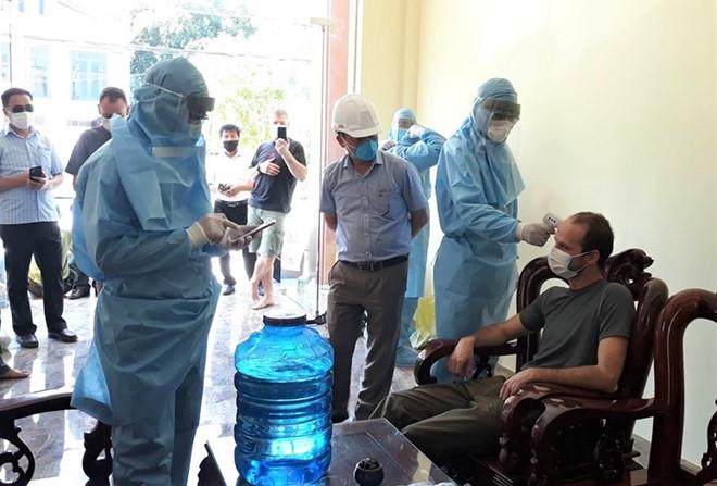 Lực lượng chức năng Quảng Bình đo thân nhiệt vị chuyên gia hang động khi vừa ra khỏi rừng Phong Nha - Kẻ Bàng